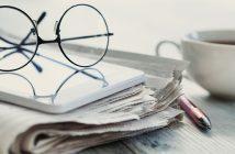 Journaux, lunette et tasse de café - la revue de presse de la formation professionnelle