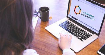 Femme consultant son CPA en ligne (Compte personnel d'activité)
